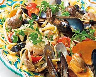 スペシャリテの本日の貝類とチェリートマトソースのリングイネ(2600円)。季節の貝類がたっぷり