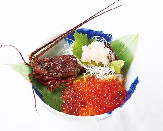 伊勢海老いくら丼 ¥3,500。伊勢エビがのった丼などに付く「黒潮汁」も美味!
