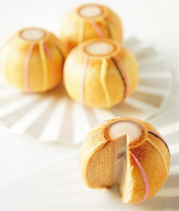 しっとり焼き上げた手まり形のバウムクーヘン「ミニてまりん」(1個1080円)