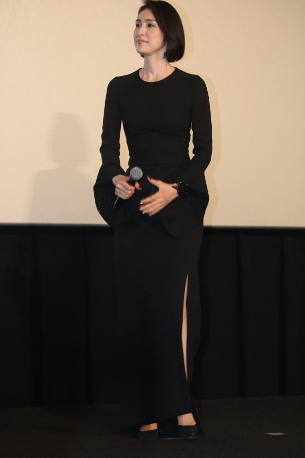 【写真を見る】天海祐希、大胆スリットのセクシードレスで美脚を披露