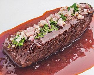 夜は税抜5800円(サ別)のコースのみ。写真の「牛ハラミ肉ステーキ 赤ワインソース」などメインは8種類前後から選べる