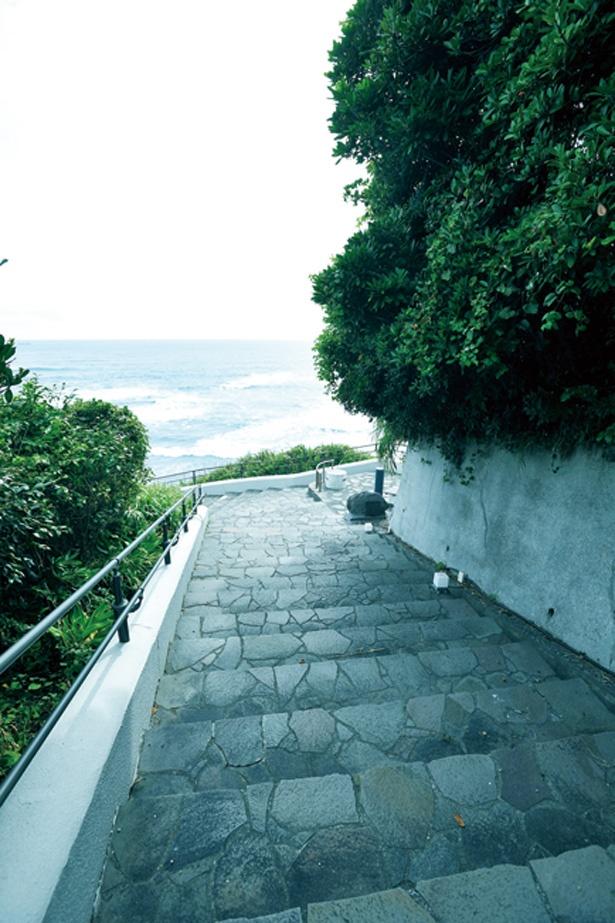 遊歩道には灯台と海を臨むビュースポットも。道沿いには花やオブジェも飾られている