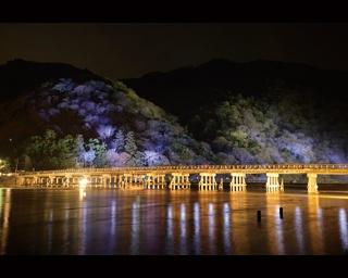 渡月橋と山裾、水辺などをライトアップ/京都・嵐山花灯路-2017