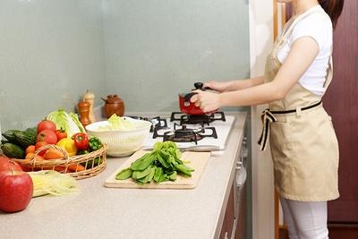"""休日に常備菜としてまとめて料理を作り置きする""""週末の作り置き""""が家事負担軽減のカギになる!?"""