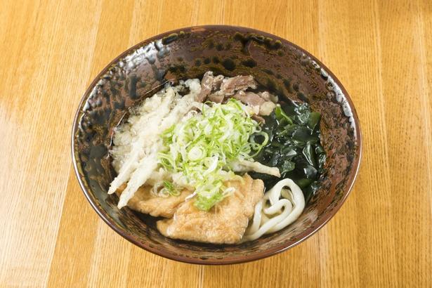 「特製うどん」(770円)は、ごぼう天、ワカメ、キツネ、肉がのった贅沢な一杯