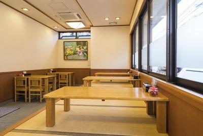店内はカウンター席、テーブル席、座敷席を備える