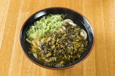 福岡のラーメン店では定番の高菜をうどんにのせたユニークな一品「辛子タカナうどん」(420円)