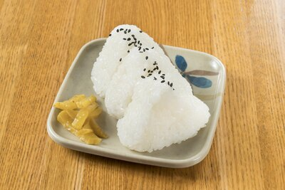 九州産の米で握る「おにぎり」(3個200円)。添えられている自家製の漬物も美味
