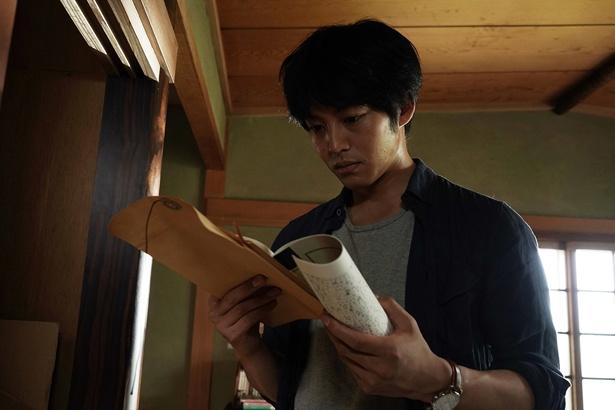 『ユリゴコロ』で殺人者による手記の真相を探る亮介を演じる松坂桃李