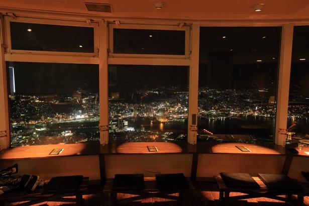 レストランの特等席。眼下に街の風景が広がる