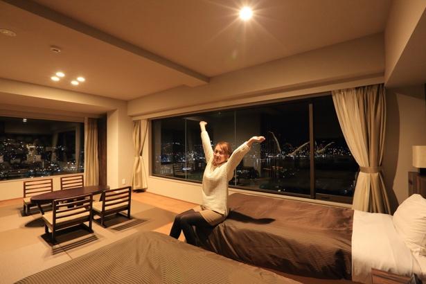 ベッドに横になりながら夜景が望められるなんて、贅沢ですね(海老原さん)