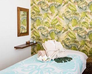 海辺のリゾートにいるような気分が味わえる癒しの空間!長時間の施術でも疲れにくいふかふかのベッド、心地よい肌触りのオーガニックコットンタオルを採用/Hau'oli Lani