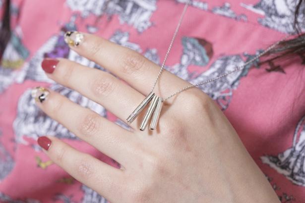 【写真を見る】「スティックネックレス」(1万9440円)は普段使いにもぴったりなシンプルな作り
