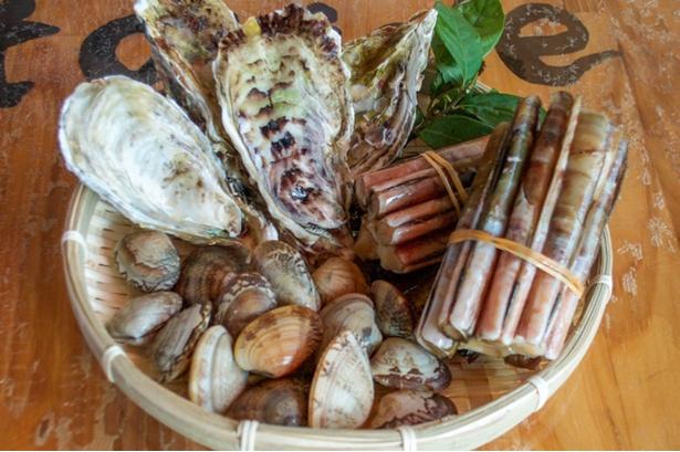 【写真を見る】カキやアサリといった地元の魚介類をたっぷり使用