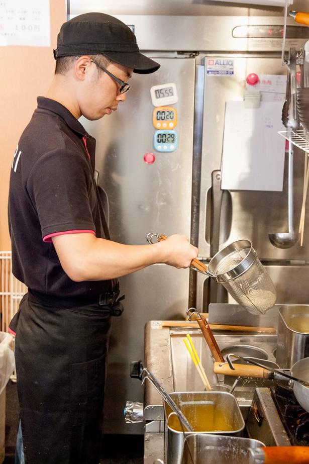 店長の山本さん。麺は博多ラーメン同様に極細麺が基本