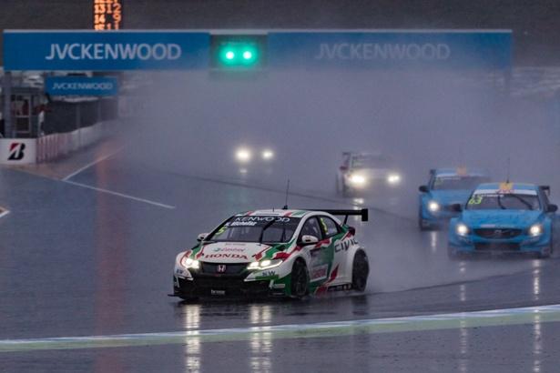 大粒の雨が降る中、2周目にレーススタート