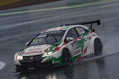 雨の中、優勝したノルベルト・ミケリス