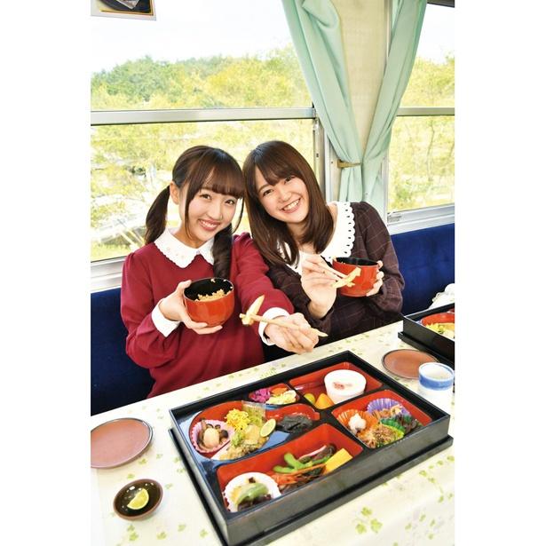 OS☆Uの井川なつ(右)、星野麻里愛(左)がきのこ列車を体験!