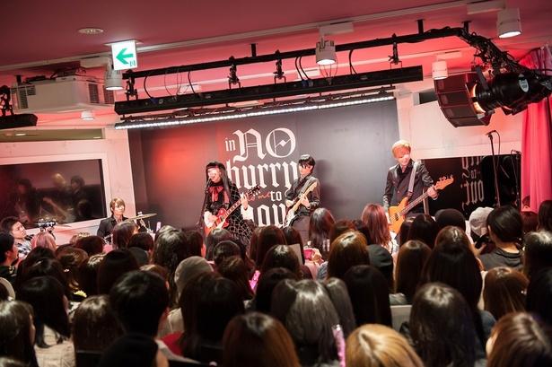 覆面バンド「in NO hurry to shout;」がハロウィーンにスペシャルイベントを開催した