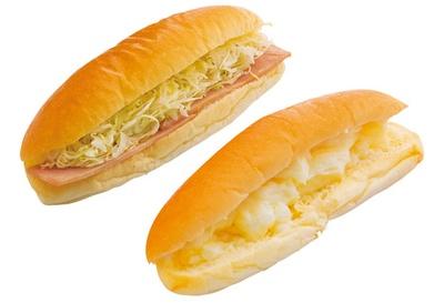 「ハムロール」(奥・170円)と「クリームパン」(手前・140円)/まるき製パン所