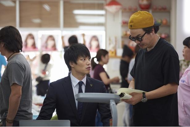 【写真を見る】「あなそれ」で一躍ブレイクを果たした鈴木伸之。スーツ姿の貴重なオフショット