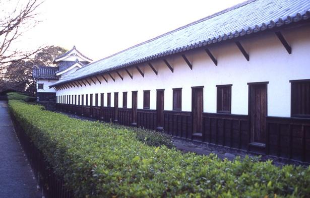 国指定重要文化財の「多聞櫓」。江戸時代から城内に残っている数少ない建物の一つ。高く積み上げられた石垣を土台に築かれ、防御のため「石落」が備えられている