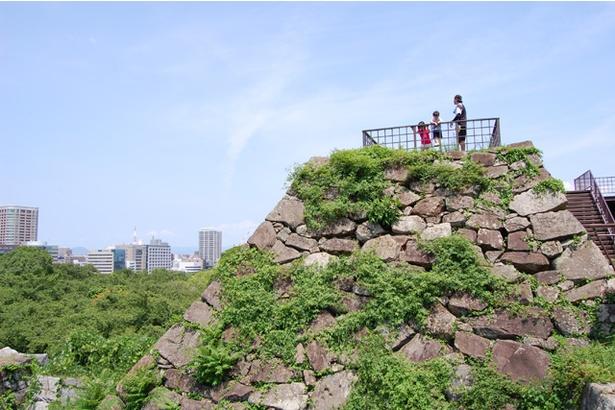 天守台跡に整備された展望台。石垣が城跡だったことを物語る