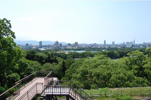 天守台跡から西側を望む。目の前にある大きな池が「大濠公園」