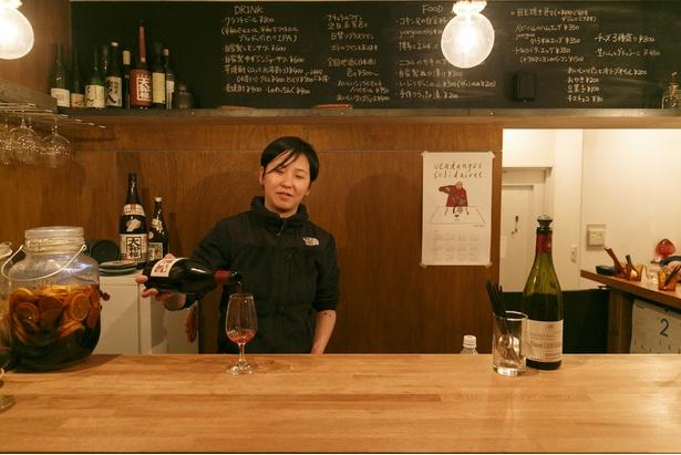"""【写真を見る】""""黄ちゃん""""こと黄 小晃(こう しょうこう)さん。とにかくお酒に詳しく、新たなワイン&日本酒ワールドを広げてくれる"""