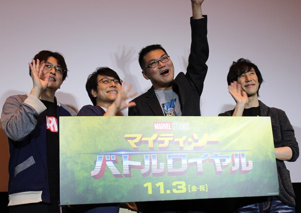 【写真を見る】笑顔で手を振る人気声優の4人