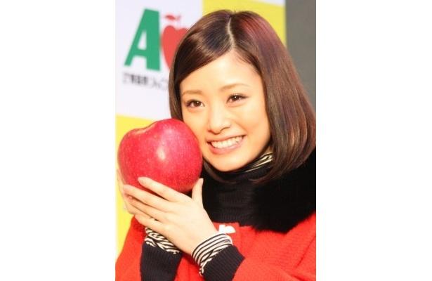 最大のりんご「世界一」を持ってニッコリ!
