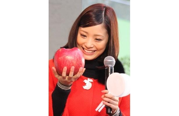 大きいりんご「世界一」も登場。あまりの大きさに喜ぶ上戸さん