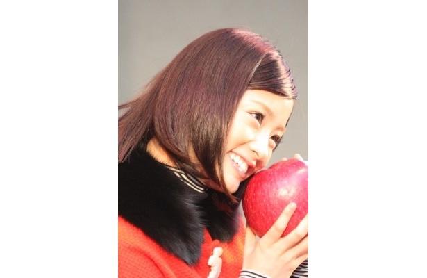 こんなポーズも!リンゴがうらやましい!?