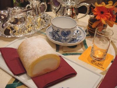高貴な雰囲気漂う食器とともに堂島ロール(1200円)を