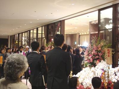 多くのメディア取材陣と、華やかな外観に引き寄せられた客で内覧会はこのにぎわい