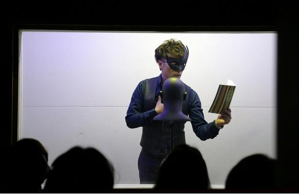 【写真】レアな仮面姿で朗読を行う大島の姿に、観客の目はくぎ付け