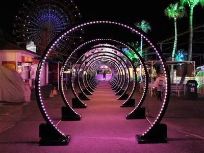 「テレポートアーチ」。40mを超える光のアーチが遊園地ゾーンに出現!正面から見ると、まさに時空を超えるトンネルのよう