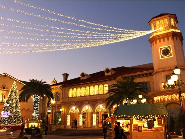クリスマスの雑貨をはじめ、食べ歩きにぴったりのあったかフードやビール、ワインなどのワゴンが並ぶ噴水広場