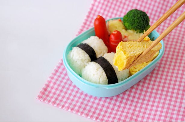 【写真を見る】お弁当のおかずになる卵料理といえば、やっぱり卵焼き。