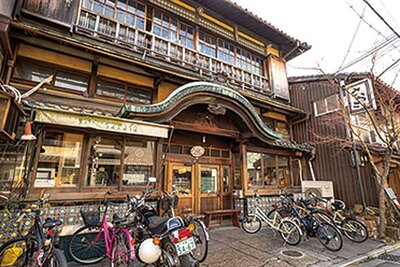 京都・北区にある「さらさ西陣」は銭湯を改装したカフェ