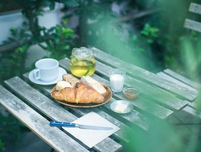 「パリの朝食セット」(700円)には、パン4種類とバター、ジャムに加え、選べるドリンクと日替りミニジュース付き