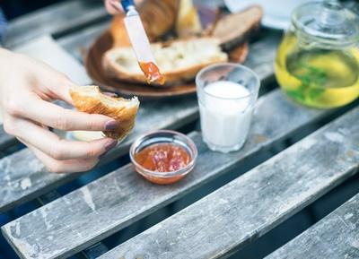 「パリの朝食セット」(700円)に付くジャムは日替りで、この日はアンズ。そのままでも十分おいしいパンの味の、 また違った一面を見せてくれる