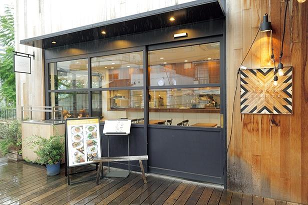 バゲットなどには湘南地区で栽培されている「湘南小麦」を使用し、ペストリーやデリも提供している