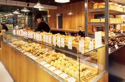 美しく陳列するショーケース越しに、購入したいパンをオーダーする形式。いろいろな種類を食べてほしいという想いから、パンは小さめサイズ/365日