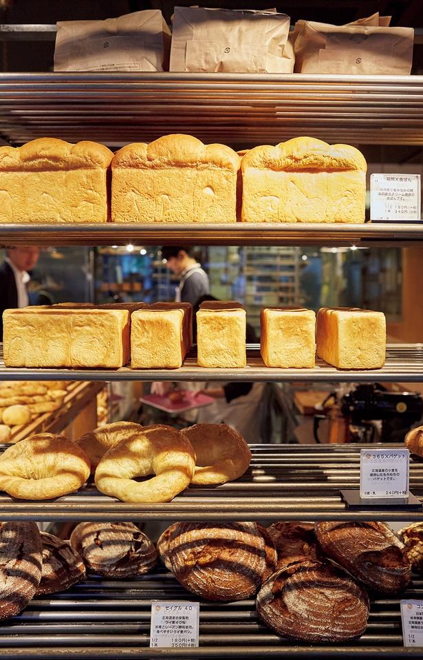 産地の異なる小麦やライ麦を、それぞれに配合を変え天然酵母と合わせた食パンやハード系も絶品/365日