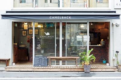 店先には小さなベンチが3つ並ぶ/CAMELBACK sandwich & espresso