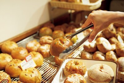 「あずきかぼちゃクリチ」(280円)など季節の味も続々登場する。選ぶワクワクが止まらない/tecona bagel works
