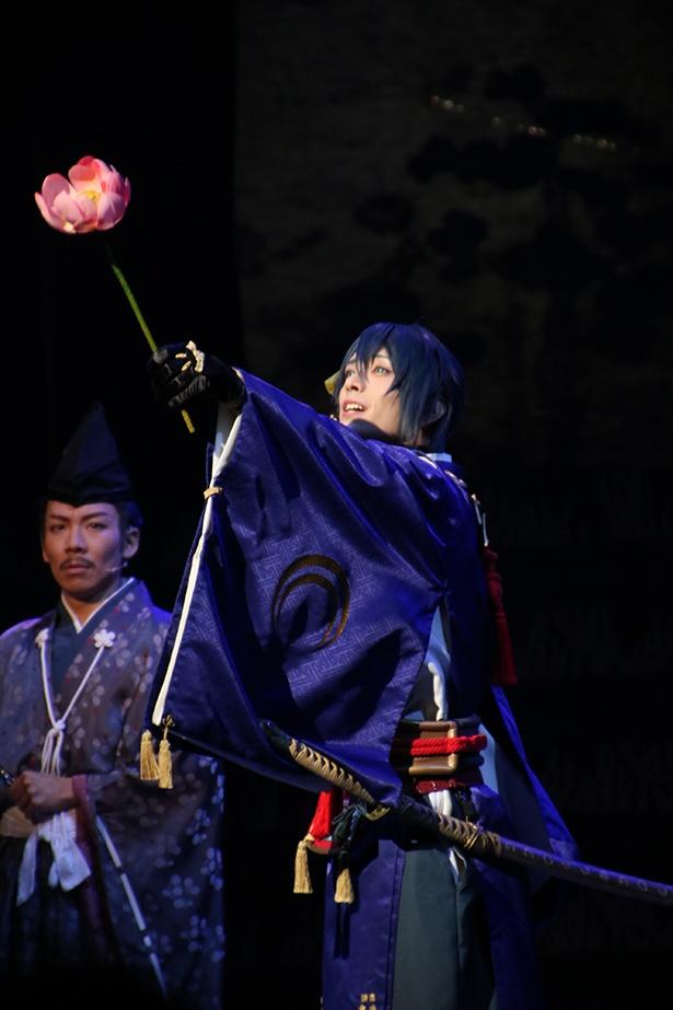 端麗な舞を見せた三日月宗近役の黒羽麻璃央