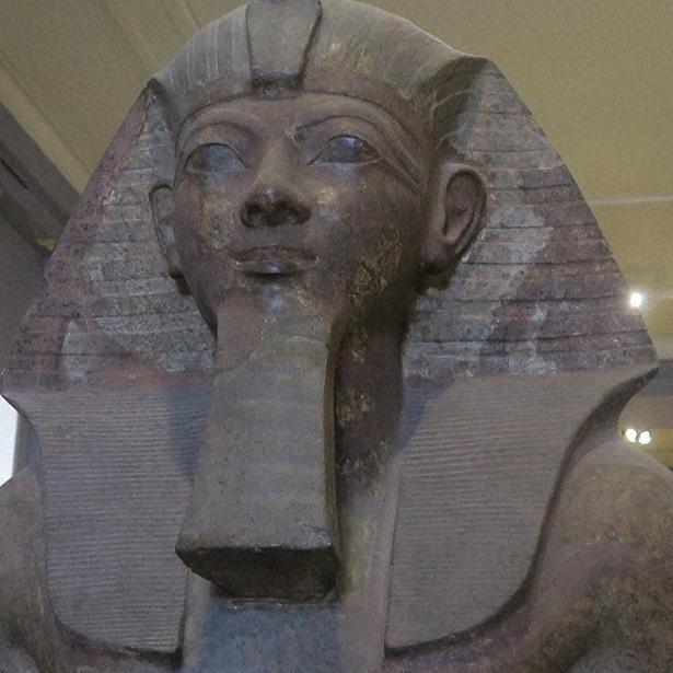 ハトシェプスト女王は、男装したスフィンクスの姿で像が残っている