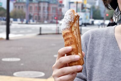 【写真を見る】スティックタイプなので、持ちやすく食べやすい!